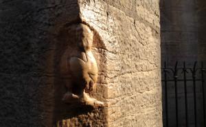 L'oreille gauche de la chouette à Dijon, sur la face Nord de l'église Notre-Dame, ne voit le soleil que quelques heures par an. Profitez-en, c'est maintenant! Photo © Bertrand Carlier - Jondi
