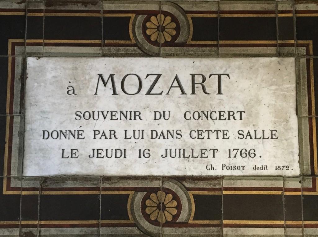 La plaque commémorative apposée par Charles Poisot dans la salle d'étude des archives départementales en1872.