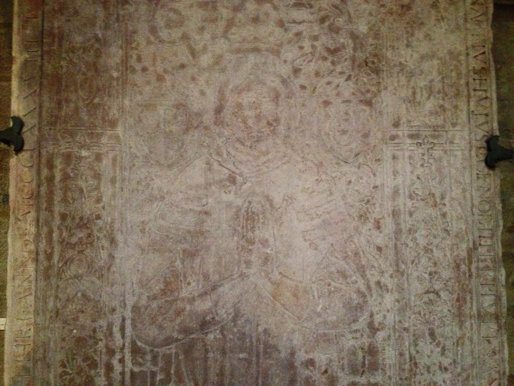 L'une des rares images restantes du roi Uladislas est visible, à moitié, sur une pierre tombale dans la nef de la cathédrale Saint-Bénigne (4e tombeau à droite) © Bertrand Carlier