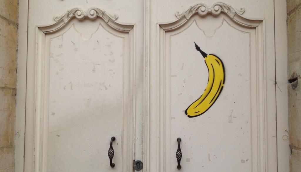 La banane de Thomas Baumgärtel taguée sur la porte de la Maison Rhénanie-Palatinat à Dijon. Photo © BC - Jondi