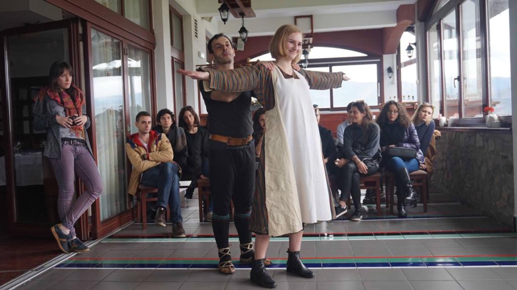 Présentation des costumes traditionnels de Macédoine.