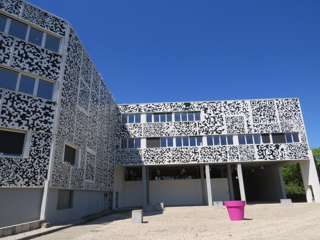 L'étrange bâtiment de Campus Teletech, œuvre d'un cabinet d'architectes néerlandais. Photo © NH
