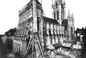 Dans la deuxième moitié du XIXe siècle, un échafaudage est monté pour restaurer la façade de l'église Notre-Dame.