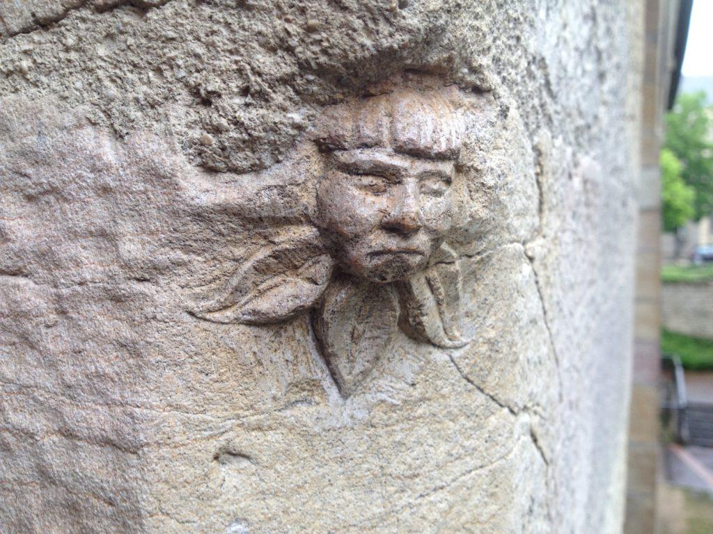 Taillée dans un chanfrein, cette tête ornée de trois feuilles renferme un paquet de mystères. Photo © BC - Jondi