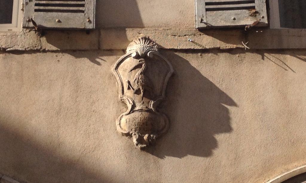 """""""A l'enseigne de la cigogne"""", rue Amiral-Roussin. Photo © BC - Jondi"""