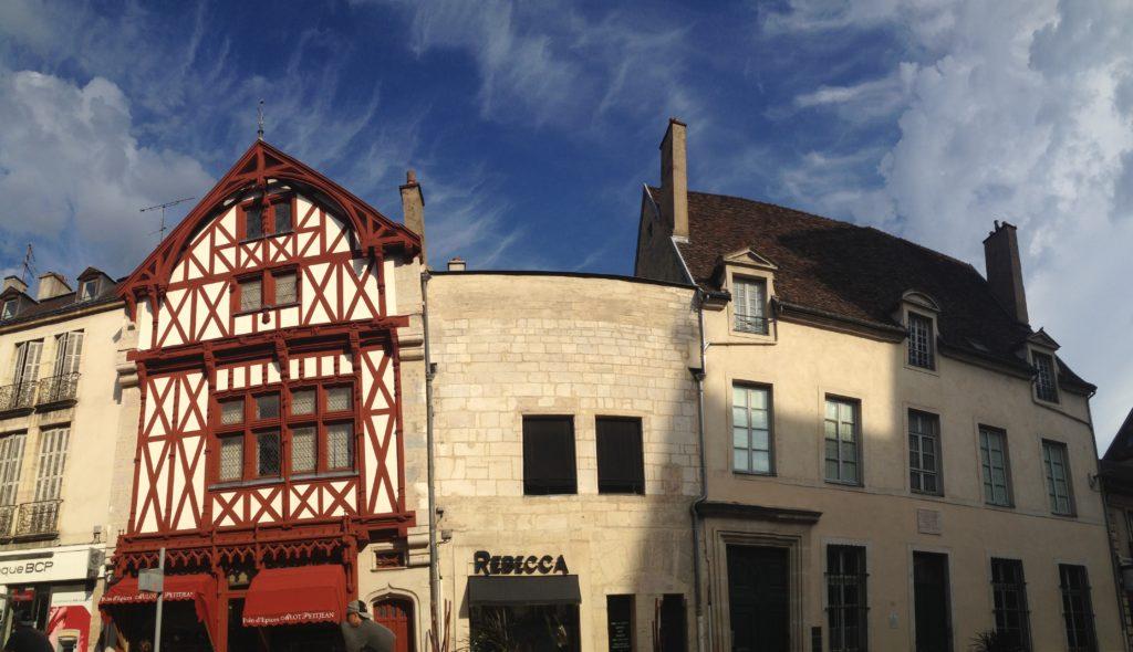 Le bâtiment se démarque par son apparent manque de toiture. © BC - Jondi
