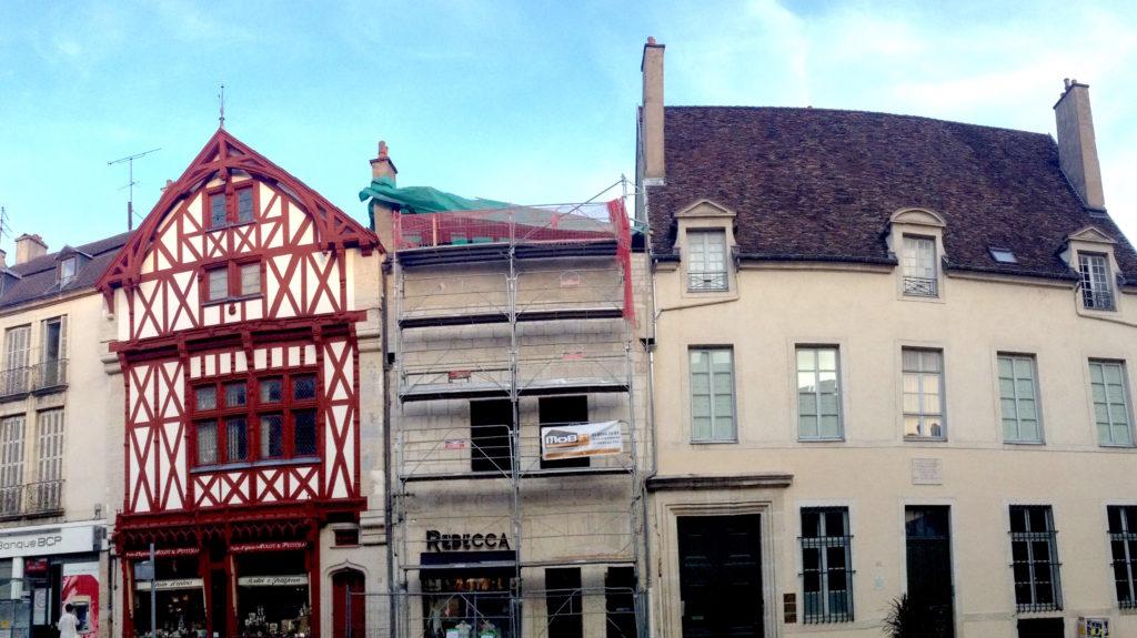 """La maison """"sans toit"""" est recouverte d'une bâche. De simples travaux d'entretien. © BC - Jondi"""